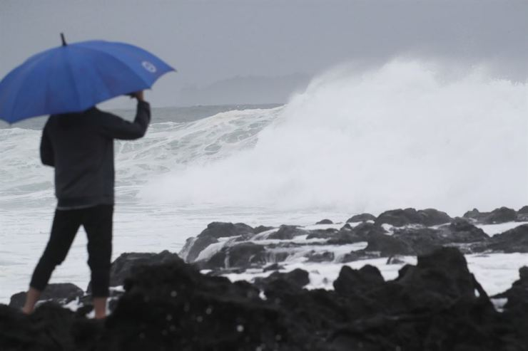 Heavy rain falls on Jeju Island, Friday. The resort island is expected to come under the typhoon's direct influence Friday night. /Yonhap