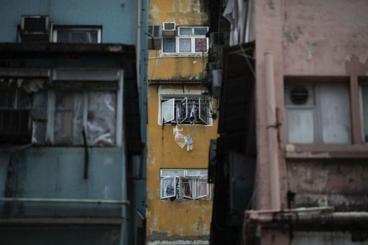 Laundry clings to the windows of a dilapidated building on Kweilin Street in Sham Shui Po, Hong Kong, July 4. Korea Times photo by Choi Won-suk