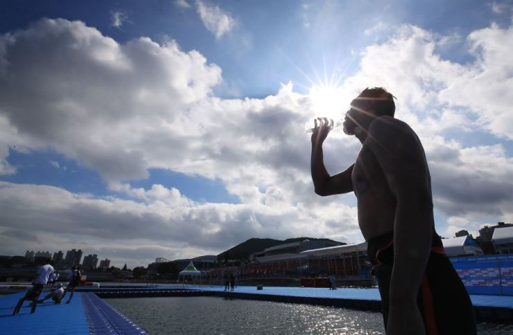 South Korean swimmer Baek Seung-ho drinks water while practicing for open water swimming competition at Yeosu EXPO Ocean Park in Yeosu, South Jeolla Province, Thursday. Yonhap