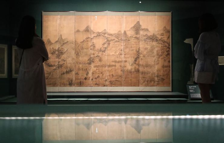Visitors have a look at 'Through the Eyes of Joseon Painters: Real Scenery Landscapes of Korea' exhibition at National Museum of Korea. Yonhap