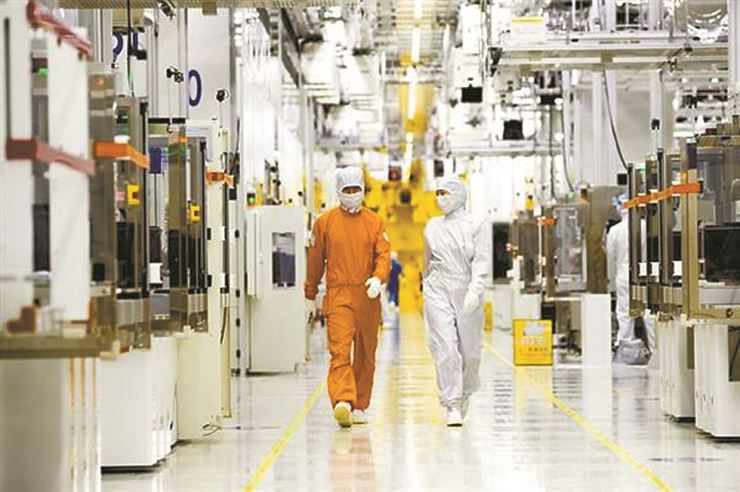 Samsung Electronics' clean room at the semiconductor production facility in Hwaseong, Gyeonggi Province / Courtesy of Samsung Electronics