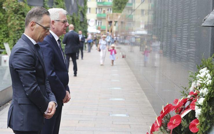 Polish Foreign Minister Jacek Czaputowicz, left, and his German counterpart Heiko Maas, right, pay homage to the victims of the Warsaw Uprising, a failed revolt by Poles against the occupying Nazi German forces, , in Warsaw, Poland, Thursday. 하이코 마스(왼쪽) 독일 외무장관이 야체크 차푸토비치 폴란드 외무장관과 함께 목요일(현지 시각) 폴란드 바르샤바에서 열린 '바르샤바 봉기 75주년 기념식'에 참석해 나치 독일에 희생된 폴란드인들을 추모하고 있다. /AP-Yonhap
