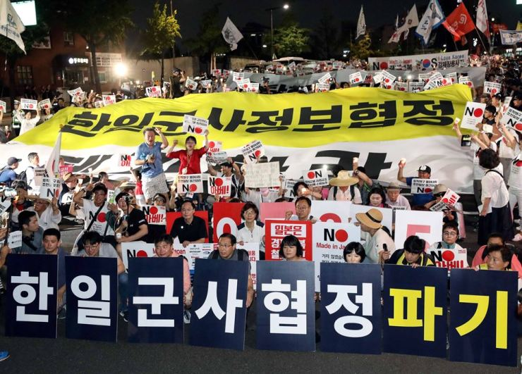 Some protesters hold banners calling on the government to terminate the military intelligence-sharing agreement with Japan in response to the Abe government's removal of South Korea from its list trusted trade partners. Yonhap