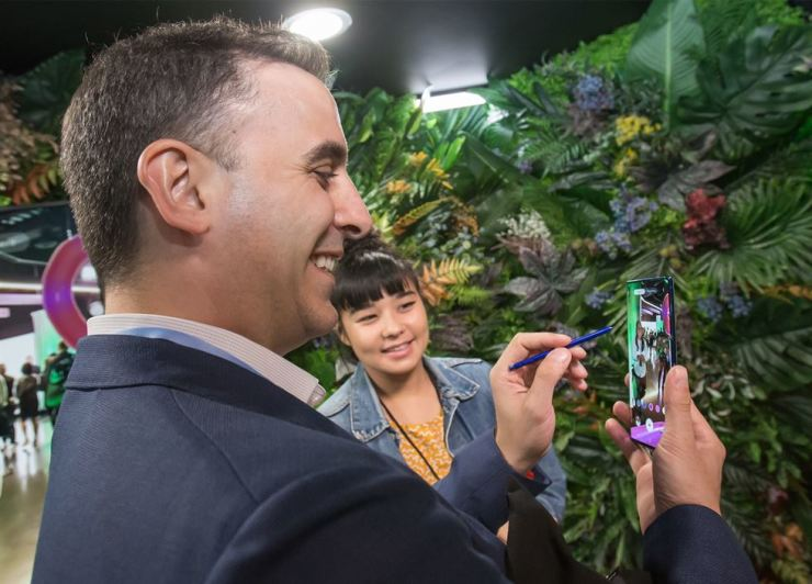 A participant in Samsung Electronics' unpacking event tries out the Galaxy Note 10 smartphone at Barclays Center in New York, Wednesday. / Courtesy of Samsung Electronics