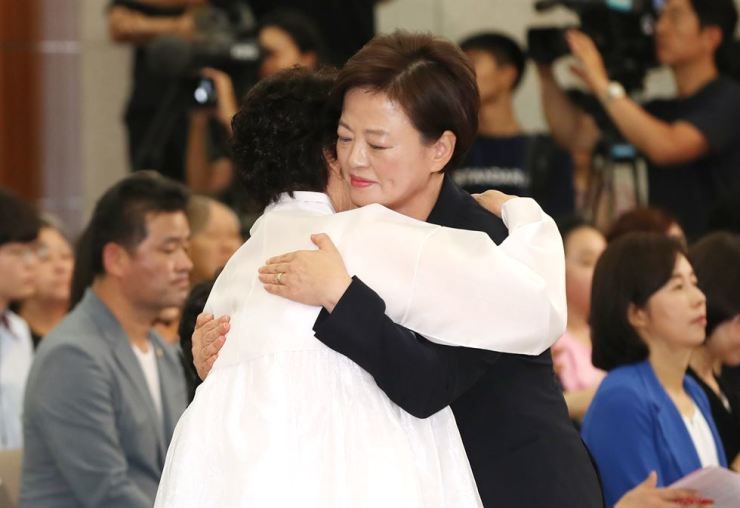 Gender Equality and Family Minister Jin Sun-mee embraces Lee Yong-su, a survivor of sex slavery during World War II, during a ceremony to commemorate the victims at the Kim Koo Museum and Library in Seoul, Wednesday. Yonhap