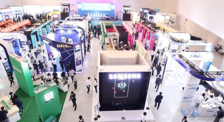Booths of financial firms, tech companies and fintech startups are set up at the first Korea Fintech Week held in May. / Yonhap