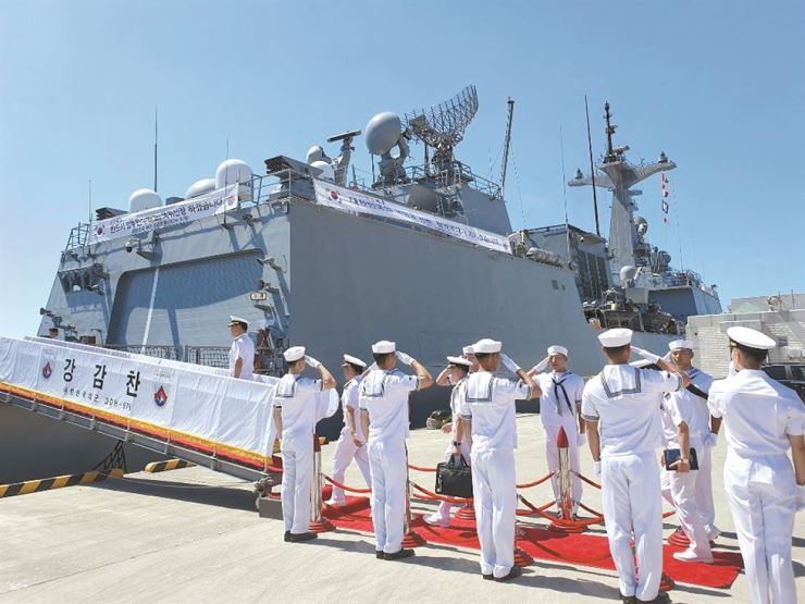 Navy officials salute during a send-off ceremony for the Republic of Korea Navy destroyer Kang Gam Chan, set for the 30th batch of the nation's anti-piracy Cheonghae unit, held at the ROK Navy Operational Command in Busan, Tuesday. The ROKNS Kang Gam Chan will be redeployed to the Strait of Hormuz after first arriving at its routine missions site Gulf of Aden, if the government decides to join the U.S.-led coalition to patrol the Hormuz. Yonhap