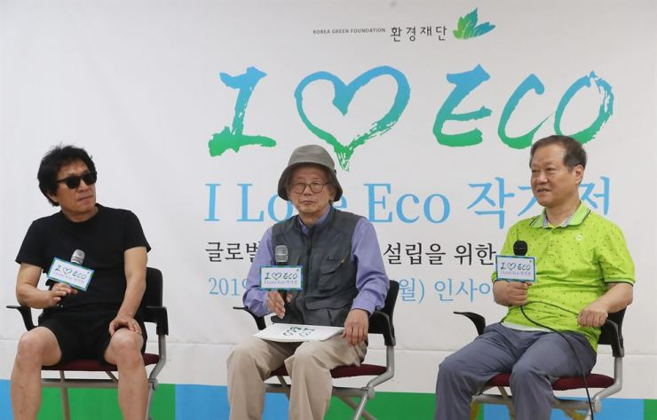 Artists Lim Ok-sang, from left, and Min Joung-ki, sit with Korea Green Foundation Chairman Choi Yul, right, at a press conference held in central Seoul, Tuesday. The