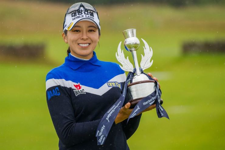 South Korea's Hur Mi-jung poses with the trophy after winning the Ladies Scottish Open at The Renaissance Club in North Berwick, Scotland, Sunday. Yonhap