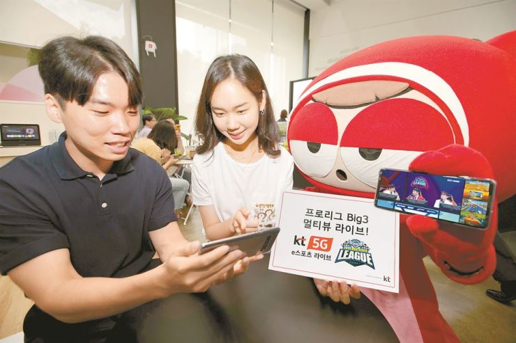 Models promote KT's 5G network-based esports broadcast service, Thursday. The mobile carrier said it will live broadcast Nexon's popular racing game