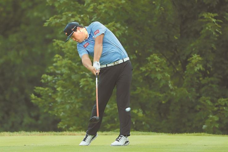 Im Sung-jae of South Korea plays his shot from the fifth tee during the third round of the BMW Championship at Medinah Country Club No. 3 on Sunday in Medinah, Illinois. /AFP-Yonhap