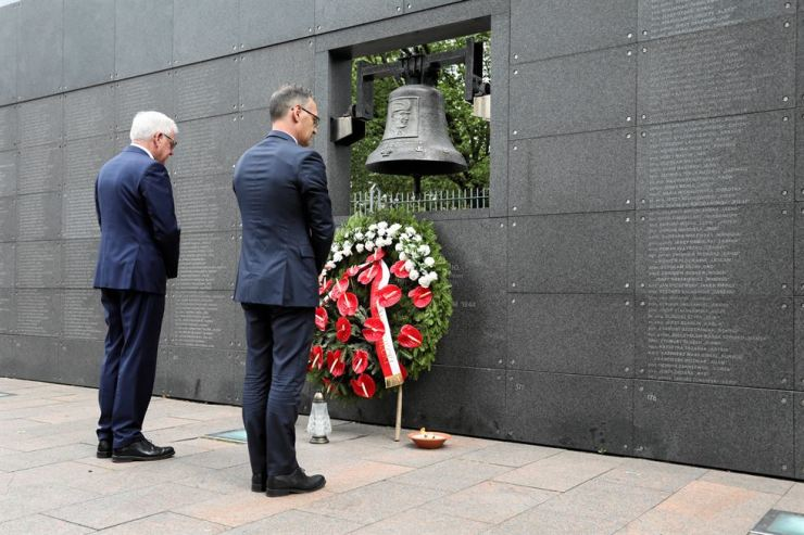 German Foreign Minister Heiko Maas and his Polish counterpart Jacek Czaputowicz pay respect at the Wall of Rememberence as they commemorate the 75th anniversary of Warsaw Uprising at Warsaw Rising Museum in Warsaw Rising Museum in Poland, Thursday. /Reuters-Yonhap