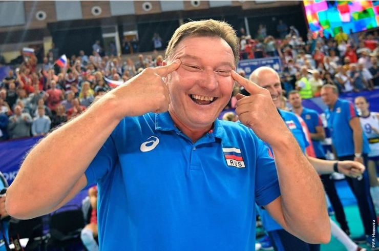 This photo, captured from Russian website Sport 24, shows Sergio Busato, an assistant coach for the Russian national women's volleyball team, making a racist gesture after his team beat Korea at an Olympic qualifying tournament match in Kaliningrad, Russia, Aug. 4. Yonhap
