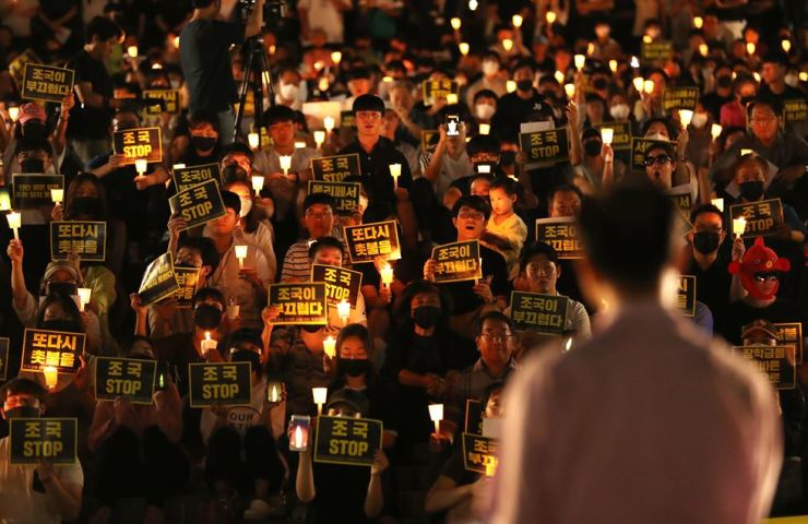 Seoul National University students hold a rally on their campus, Aug. 23, to urge justice minister nominee Cho Kuk to step down due to multiple allegations surrounding his family. / Yonhap