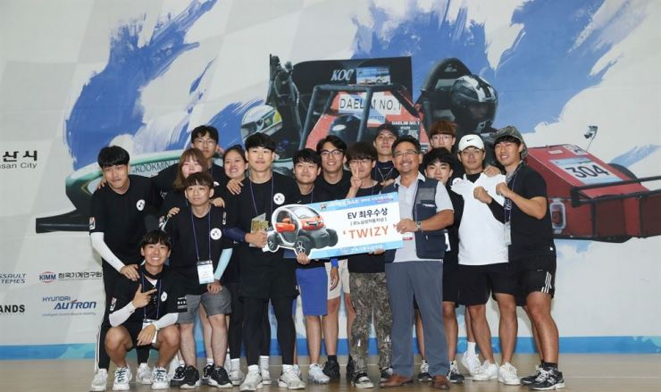 Seoul National University of Science & Technology students pose after winning the electric vehicle division of the 2019 KSAE university student vehicle building competition in Gunsan, North Jeolla Province, Sunday. The three-day competition, sponsored by Renault Samsung, was participated by 2,700 students from 98 universities across the country. Courtesy of Renault Samsung