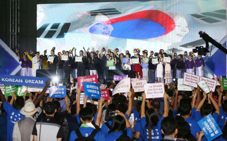 Trot singers, guests and organizers of the Action for Korea United Festival, an event seeking to boost the unification movement wave their hands at KINTEX, Gyeonggi Province, Aug. 15. The festival hosted by the Global Peace Foundation (GPF), a nonprofit organization based in the United States, drew around 10,000 visitors, according to its organizer the One-K Global Campaign Organizing Committee. It added the participants reached a consensus that citizens need to mobilize to achieve unification on the Korean Peninsula. Courtesy of GPF