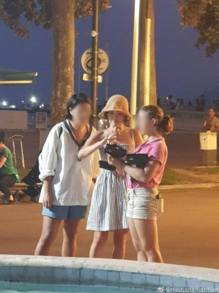 Korean actress Song Hye-kyo was recently spotted with her friends in Cannes, France. The photos, allegedly taken by a Chinese tourist, were posted on Chinese social media Weibo, Monday. In July, she divorced her actor husband Song Joong-ki. Capture from Weibo (@meitianaitiantian)