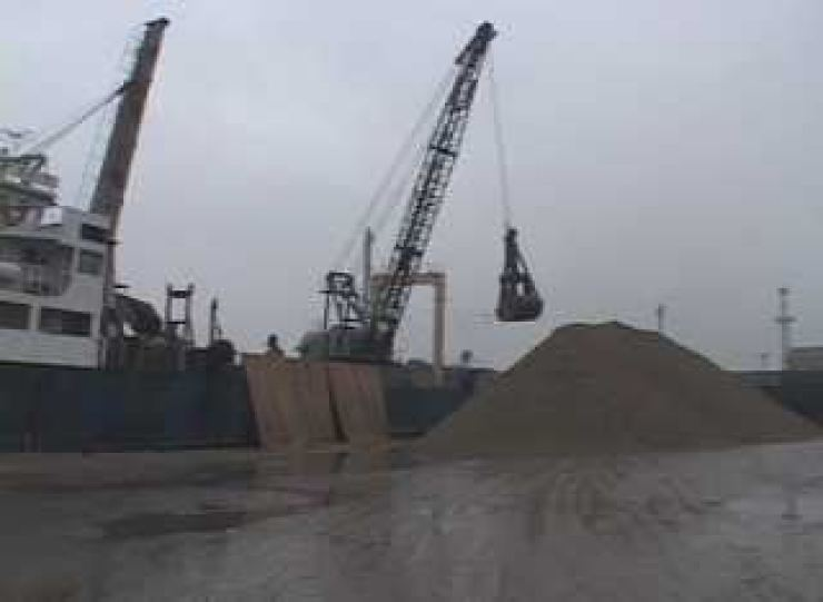 North Korean sand, a U.N.-banned item, will be shipped to China, in what is seen as Beijing's possible defiance of the sanctions on Pyongyang amid a Washington-Beijing trade row, according to sources familiar with the North. / Yonhap