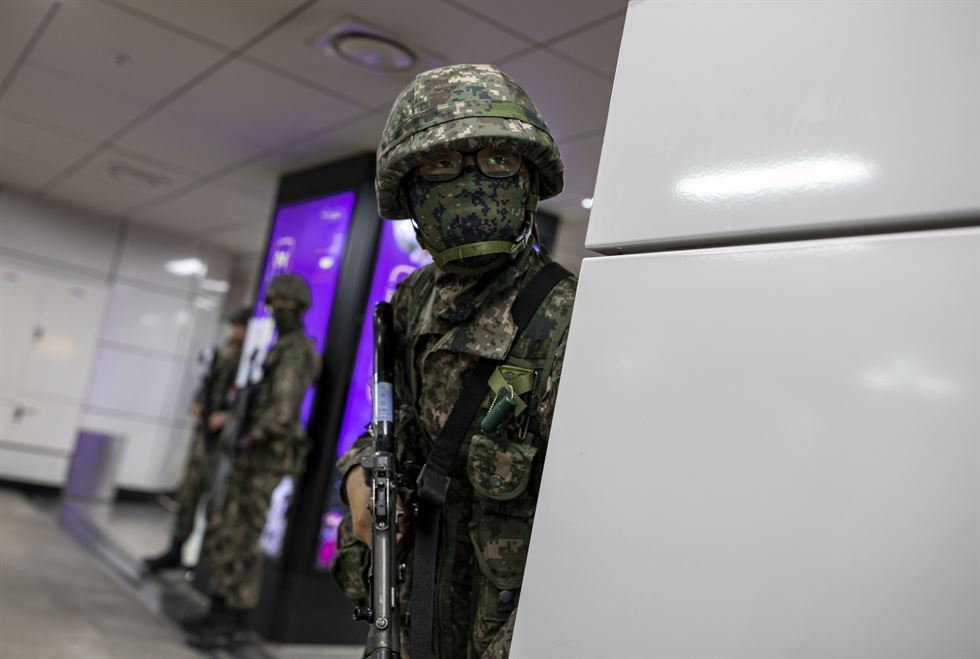 Armed Korean soldiers wait for suspicious movement during counter-terrorist training at Jonggak Station in Seoul's Jongno District, Monday. The drill included the military, firefighters and station employees. The exercise took place on the second day of the two-day defense drill at Dokdo ― the country's easternmost islets ― that involved the South Korean Army, Air Force and Navy, the Coast Guard and Marine Corps. Korea Times photo by Choi Won-suk