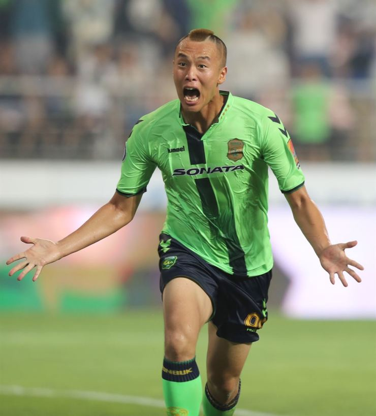 Kim Shin-wook runs in excitement after scoring a goal in the K-League Classics game against Ulsan Hyundai in this file photo taken in July this year. /Korea Times file