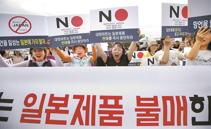 A group of activists promote the Boycott Japan campaign in Taean, South Chungcheong Province, Thursday. Yonhap