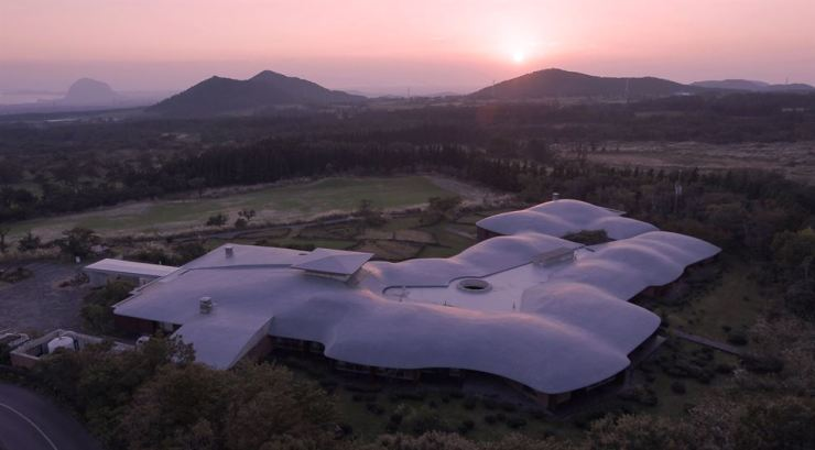 The Podo Hotel on Jeju Island is designed by Japan-born Korean architect Jun Itami. Courtesy of Jinjin Pictures