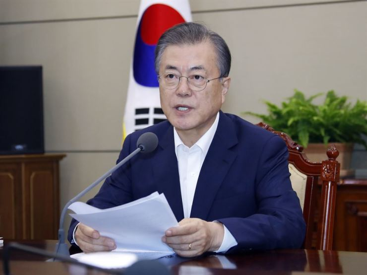 President Moon Jae-in delivers his opening remarks at the start of a weekly meeting with senior presidential aides at Cheong Wa Dae, Monday morning. Yonhap