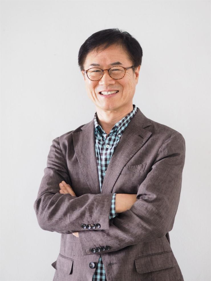 Chung Ang University Professor Hur Mann-hyung releases an English fiction novel,