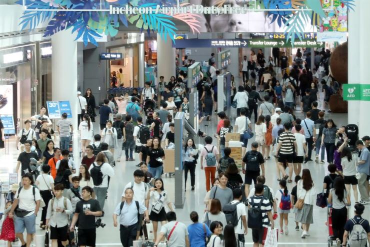 Incheon International Airport is crowded with summer vacationers in this Aug. 5 file photo. / Yonhap