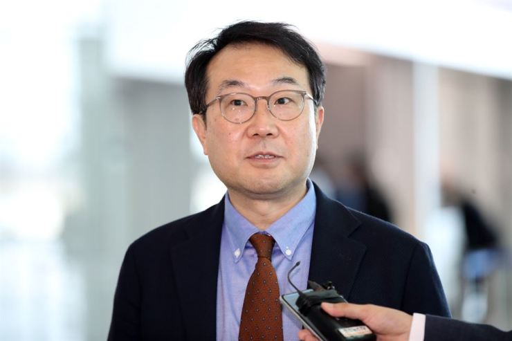 Seoul's chief nuclear envoy Lee Do-hoon responds to questions at Incheon International Airport, Thursday afternoon, before departing for Washington, D.C., to meet his U.S. counterpart Stephen Biegun. Yonhap