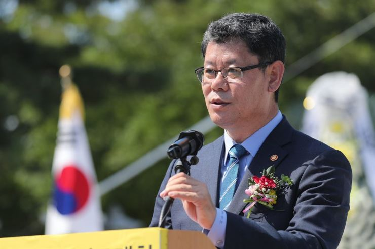 Unification Minister Kim Yeon-chul speaks to family members separated by the Korean War. Yonhap
