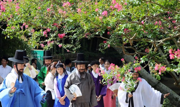Minister Park Yang-woo, center, visits Soswaewon Garden in Damyang County, Jeolla Province, in early August, while wearing traditional Korean hanbok. The visit aims to promote the domestic tourism industry. Courtesy of the Ministry of Culture, Sports and Tourism