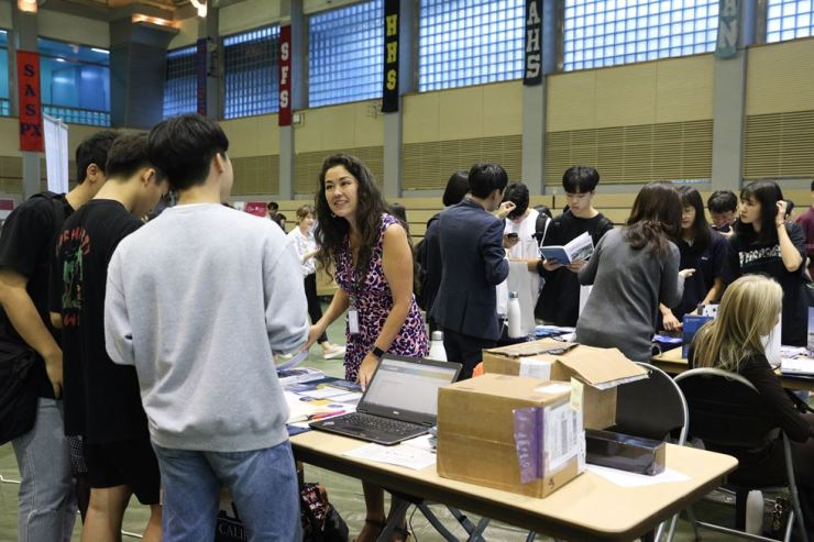 Hundreds of students take part at the first Seoul World University Fair, hosted by Seoul Foreign School on Sept. 7. Over 160 universities around the world took part in the event to promote their courses. Courtesy of Seoul Foreign School