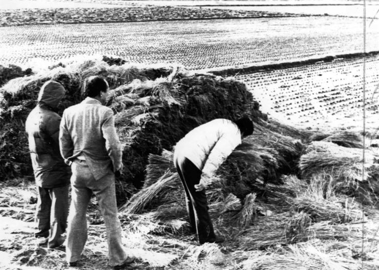 Police officers examine the site where the body of a 19-year-old victim of a serial killer was found in this January 1987 photo. / Korea Times file
