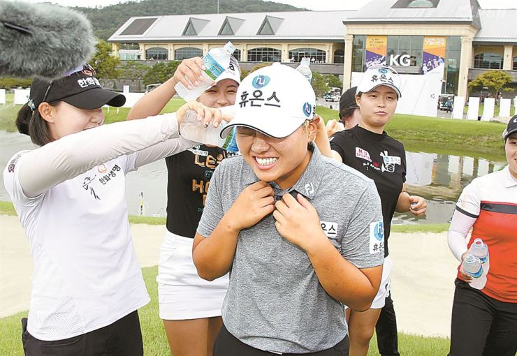 Park Gyo-rin, center, celebrates her maiden KLPGA title win at the typhoon-shortened 9th KG― Edaily Ladies Open, Sunday. / Yonhap