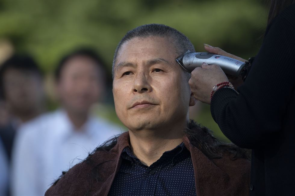 Main opposition Liberty Korea Chairman Hwang Kyo-ahn has his head shaved near Cheong Wa Dae, Monday. Hwang became the latest politician to have their heads shaved to protest President Moon Jae-in's appointment of key political ally Cho Kuk as justice minister despite allegations of academic fraud and financial crimes surrounding his family. Korea Times photo by Choi Won-suk
