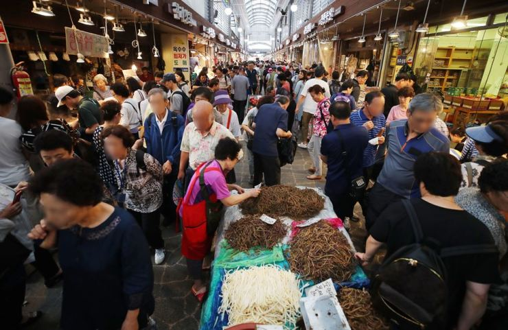 A market is crowded in Cheongnyangni in eastern Seoul, before the Korean equivalent of Thanksgiving that falls Friday. The country is celebrating the Chuseok holiday from Sept. 12 to 15 this year. / Yonhap