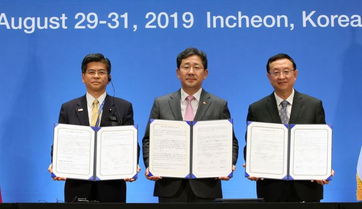 Culture Minister Park Yang-woo, center, jointly signs the Incheon Declaration with Japan's tourism minister Ishii Keiichi, left, and China's culture minister Luo Shugang, Aug. 30, following a trilateral meeting between the three countries in Incheon. Courtesy of the Ministry of Culture, Sports and Tourism