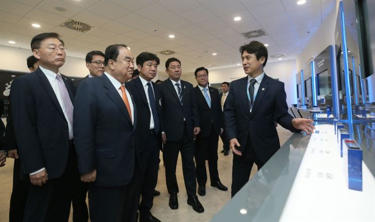 National Assembly Speaker Moon Hee-sang, second from left, visits the Samsung SDI plant located near Budapest, Hungary, Saturday (local time), to encourage executives and staff there. Courtesy of National Assembly