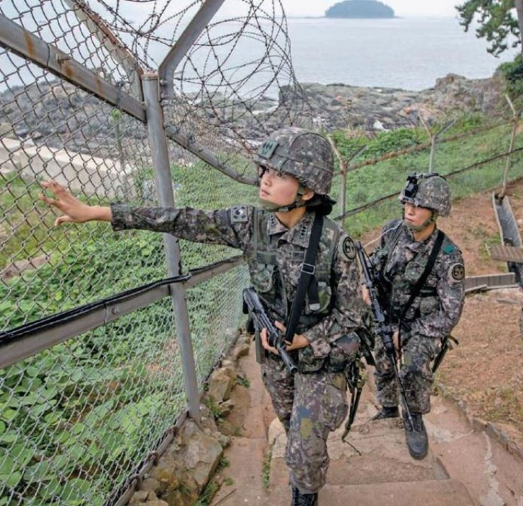 Capt. Jung Hee-kyung of the ROK Army, the first female chief of a 39th Infantry Division coastal border unit, inspects a fence in Goseong, Gangwon Province. The ROK Army announced her appointment Sept. 8. ROK Army via Yonhap
