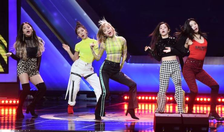 Red Velvet performs at the 2018 Golden Globe Awards. The group will appear at the 2019 Asia Artist Awards in Hanoi. Korea Times file