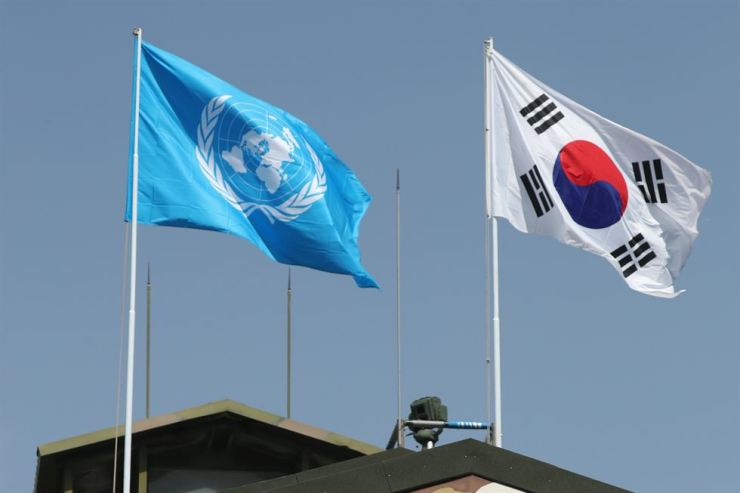Flags of the United Nations and the Republic of Korea wave at the inter-Korean Demilitarized Zone in this May file photo. The role of the United States-led United Nations Command in South Korea has recently become a subject of debate as Seoul is accelerating the transfer of wartime operational control from Washington to Seoul. Yonhap