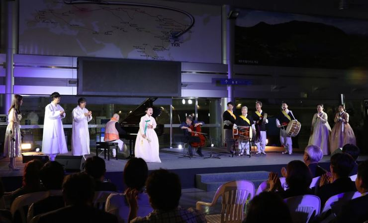 Korea's celebrated traditional Korean musicians Ahn Sook-seon, center, and Kim Duk-soo perform together with internationally renowned cellist Yo-Yo Ma at Dorasan Station near North Korea, Monday. Courtesy of the Ministry of Culture, Sports and Tourism