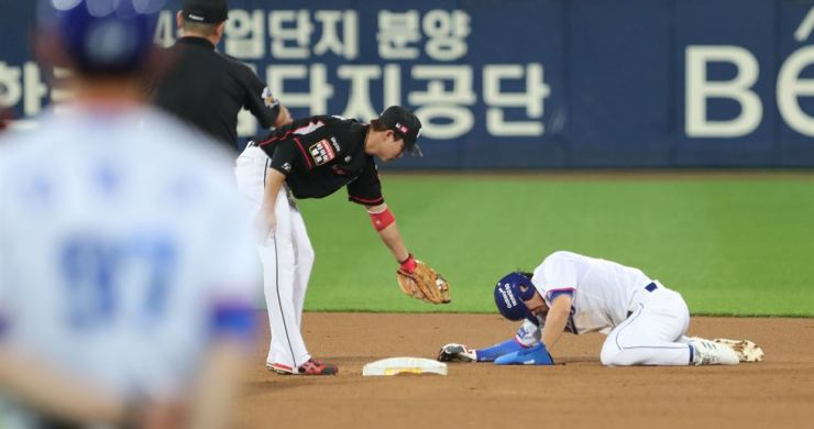 Lee Sung-gyu, right, of the Samsung Lions stays on the ground after getting caught stealing second base against the KT Wiz in the bottom of the fifth inning of a Korea Baseball Organization regular season game at Daegu Samsung Lions Park in Daegu, 300 kilometers southeast of Seoul on Sept. 10. Yonhap