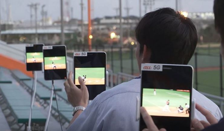 KDDI employees test 5G network performance using Samsung Electronics' 5G network equipment at Okinawa Cellular Stadium in Japan on March 26, 2018. The Korean tech giant said Monday it secured a 5G network equipment supply deal with the Japanese mobile carrier. / Courtesy of Samsung Electronics