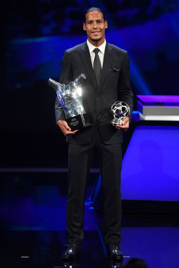 Virgil Van Dijk of Liverpool FC receives the trophies of Player of the Year and Defender of the season 2018/19 award during the UEFA Champions League 2019-20 Group Stage draw ceremony in Monaco, 29 August 2019. /EPA-Yonhap