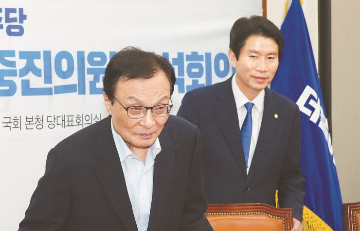 Ruling Democratic Party of Korea Chairman Rep. Lee Hae-chan, left, and floor leader Rep. Lee In-young attend a joint conference for members of special committees on National Assembly reform and long-term lawmakers, held at the DPK leader's office, Thursday. Yonhap