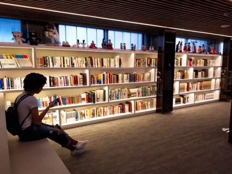The center offers a wide range of Korean books for local people. Korea Times photo by Dong Sun-hwa