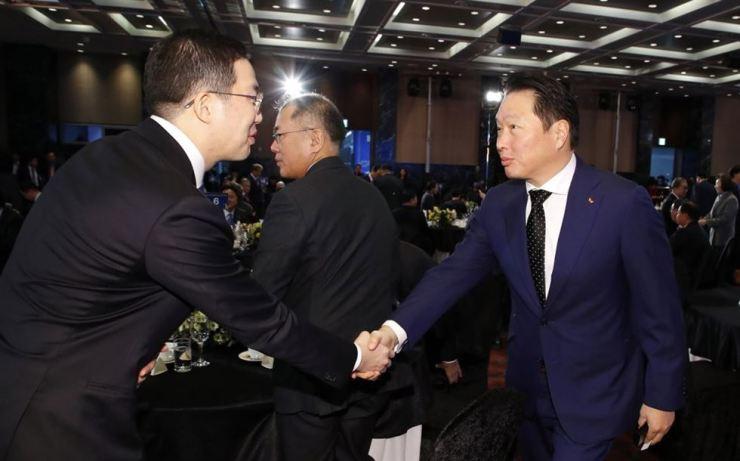 SK Group Chairman Chey Tae-won, right, and LG Chairman Koo Kwang-mo / Yonhap
