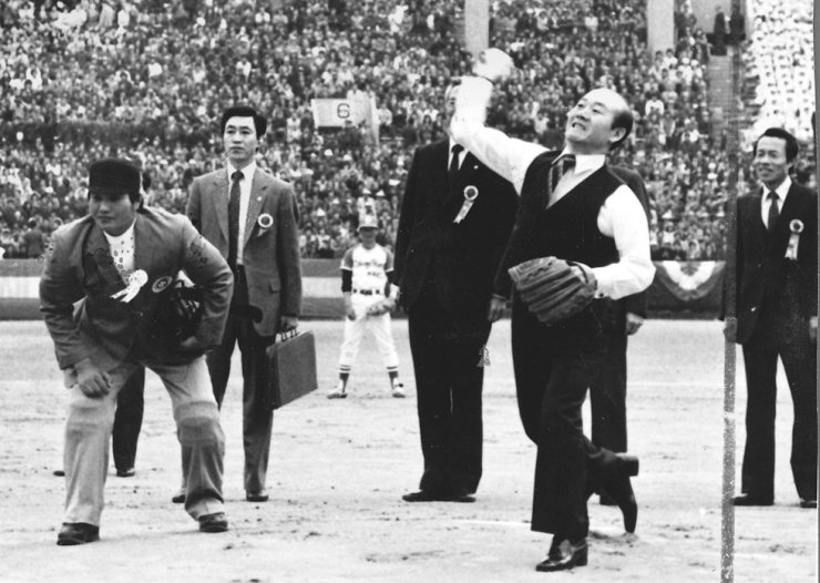 President Chun Doo-hwan throws the ceremonial first pitch at a baseball game between MBC Blue Dragons and Samsung Lions on March 27, 1982. The Korea Baseball Organization League was launched that year. Korea Times file